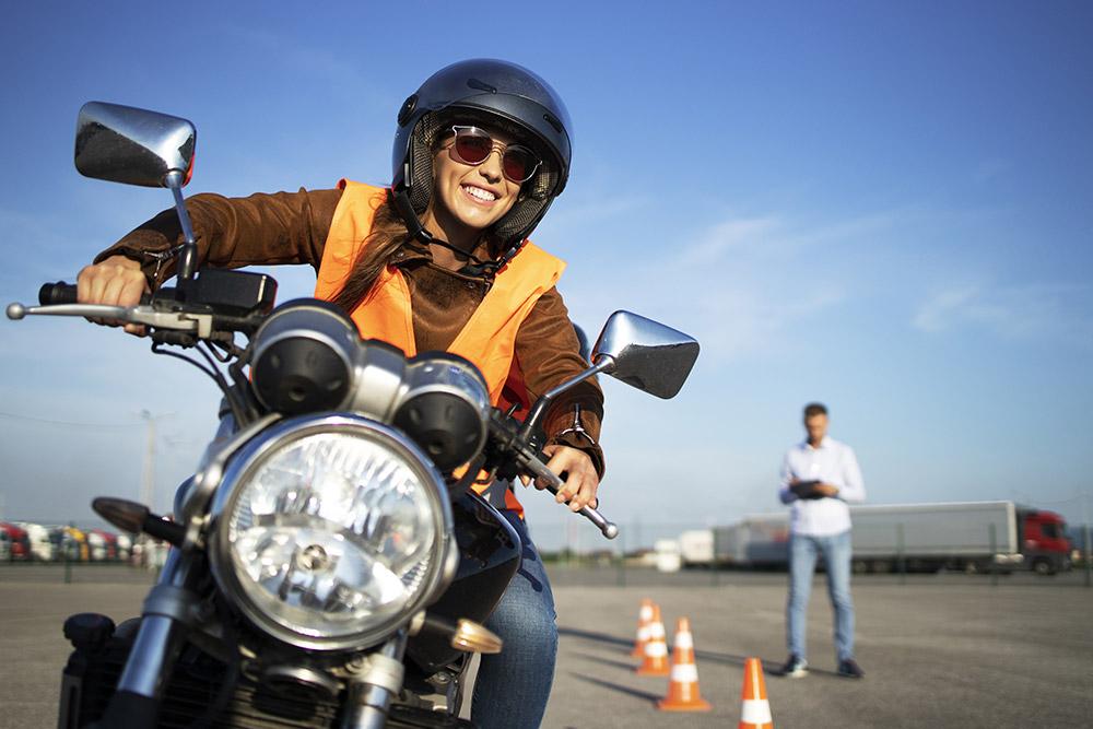 Frau auf motorrad fahrsicherheitstraining
